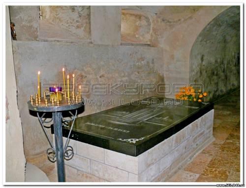 (место погребения св. преп. Илариона Троекуровского в пещерном храме Владимирского собора)